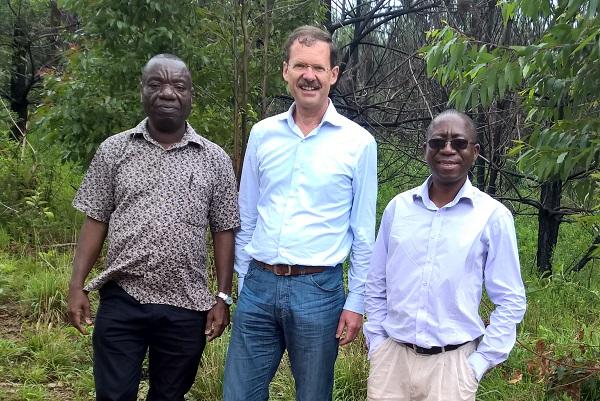 Bennet Mataya, Ernst Kürsten und Elisha Ngulube im Viphya-Wald