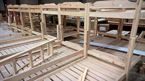 """Abteilung """"Value addition"""": Hier wird Schnittholz gleich zu Doppelstockbetten für Internatsschulen verarbeitet."""